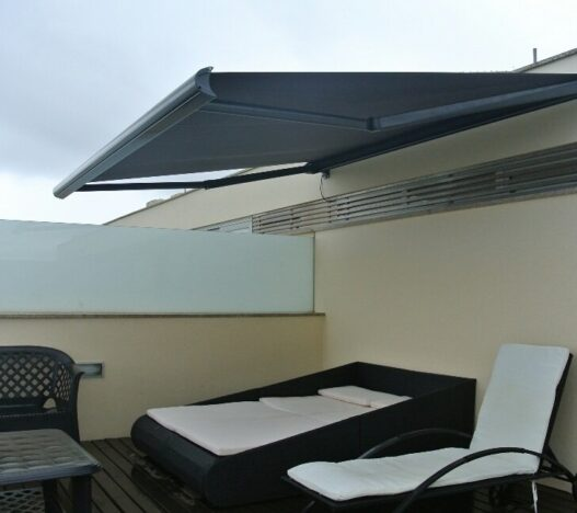 toldo-sahara-chebika-cofre-terraza-azotea-lluvia-mojado-awning-pared-fachada-patio-pergola-silla-nublado-jardin