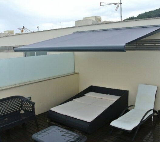 toldo-sahara-chebika-cofre-terraza-azotea-lluvia-mojado-awning-pared-fachada-patio-pergola-silla-nublado-madera